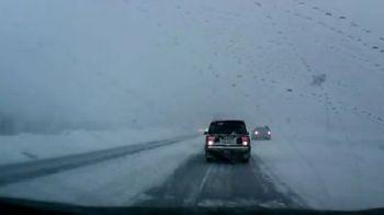 VIDEO Doar in Rusia vezi asa ceva! Aterizare SF pe autostrada! Cine a oprit traficul pe un viscol infernal!