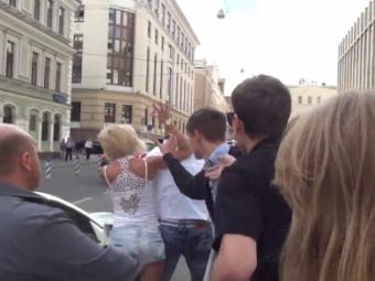 """VIDEO """"Parchez unde vreau!"""" Cei care parcheaza ilegal in Rusia sunt pedepsiti crunt! O blonda si-a facut dreptate in stil MMA!"""
