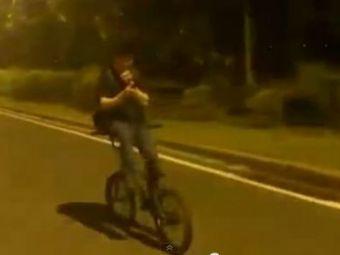 Mergea cu spatele pe bicicleta si se uita la telefonul mobil! Ce a urmat nu e greu de ghicit! VIDEO: