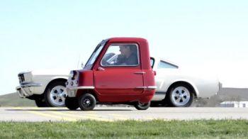 VIDEO Cea mai mica masina din lume vs Ford Mustang! Cine castiga? :) Cea mai dezechilibrata cursa din istorie!