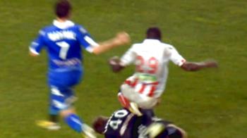 RAZBOI CORSICAN la Bastia 1-0 Ajaccio! 5 cartonase rosii si un FAULT pentru care fanii au intrat pe teren sa-i BATA pe jucatori! Vezi intrarea criminala - VIDEO
