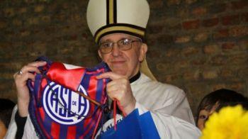 FOTO GE-NI-AL! Echipa preferata a PAPEI a luat o decizie UNICA: a jucat cu poza sa pe tricouri si a castigat! Cum arata echipamentul: