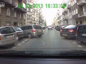 VIDEO Doua masini, o singura strada! Ce se intampla cand nimeni nu vrea sa cedeze: