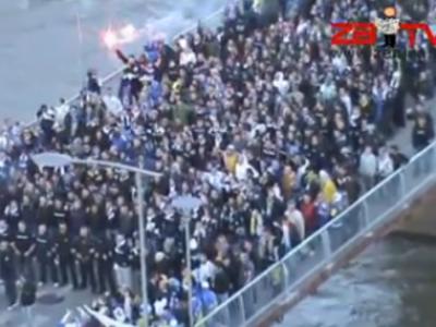 DEMENTA cu fanii Bosniei! Politistii au facut cea mai mare greseala ca i-au blocat pe un pod! Vezi ce au facut - VIDEO