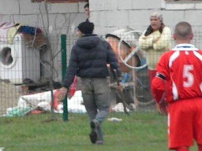 SCENE FABULOASE in Romania! Un spectator a intrat cu SECUREA pe teren ca sa ii taie pe jucatori! Vezi ce l-a deranjat in timpul meciului: