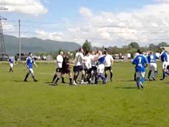 Scene HALUCINANTE la un meci din Romania: un jucator s-a ales cu COMOTIE CEREBRALA, un jandarm a iesit cu capul spart! Cum s-a terminat bataia: VIDEO