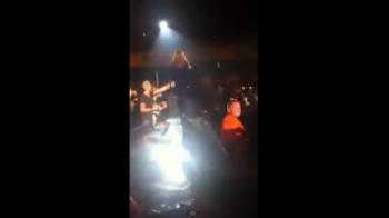 Gestul INCREDIBIL al unui fan nebun! Si-a palmuit peste FUND cantareata preferata in timpul concertului! VIDEO: