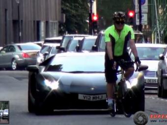 VIDEO Lamborghini Aventador vs biciclist! Cum este UMILIT in public soferul bolidului de 200.000 de euro!