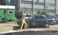 Ce se intampla cand ii blochezi masina taranului cu pantaloni galbeni? Clipul asta o sa te enerveze 100%! VIDEO