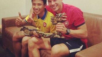"""""""The Running Man"""" isi traieste aventura vietii! Vietnamezul care a alergat dupa autocarul lui Arsenal a fost chemat la Londra! Ce propunere i-a facut clubul:"""