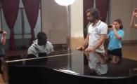 VIDEO Balotelli canta SUBLIM la pian pentru Pirlo! Cum a surprins Super Mario o tara intreaga cu talentul lui ASCUNS!