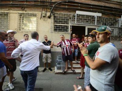 """Rapidistii PROTESTEAZA in fata LPF! Noii proprietari nu scapa de furia fanilor: """"Cristescu si Zamfir atarna la Dragomir!"""""""