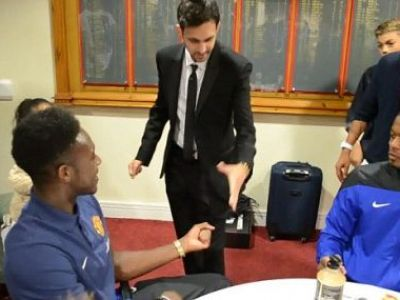 """GENIAL: """"Evra is not impressed!"""" Cel mai tare MAGICIAN din lume a mers in vestiarul lui Manchester si i-a uimit pe Van Persie si Rooney! VIDEO:"""