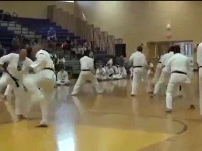 Cea mai proasta demostratie de karate din istorie: Si-au cumparat centura neagra cu bani :)) VIDEO
