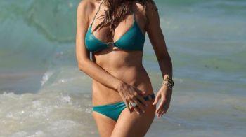 APARITIE de senzatie pe plaja din Miami! O actrita de 53 de ani a intors toate privirile barbatilor! Vezi cat de bine arata in bikini: