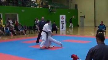 Nu clipi ca o ratezi! Lovitura FANTASTICA a trimis-o la somn! Cel mai tare KO pe care l-ai vazut vreodata la karate! VIDEO