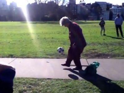 VIDEO Babuta la fel de talentata ca Ronaldinho! Pustii din parc au ramas masca in fata ei! Vezi cum jongleaza: