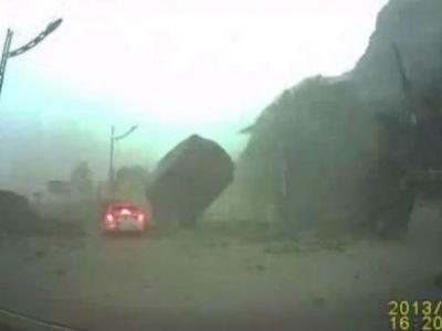 IN-CRE-DI-BIL! Un bolovan urias s-a oprit la cativa cm de masina celui mai norocos sofer din lume: VIDEO