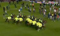 Scene halucinante la un derby din Anglia! HULIGANII au intrat pe teren si au provocat haos! Imaginile rusinoase pentru fotbal: VIDEO