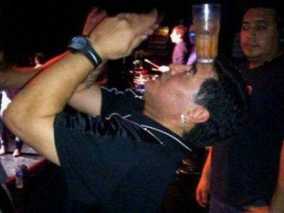 """VIDEO """"Iti inchid discoteca!"""" Un nou SCANDAL cu Maradona in Argentina! Cine l-a suparat dupa ce a jonglat cu PAHARE!"""