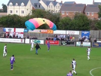 Reactia fanilor cand au vazut aceasta grozavie: Un PARASUTIST a intrerupt un meci de fotbal! VIDEO