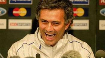 """""""Ba, daca tot stai pe banca, ia d-aici, sa nu te plictisesti!"""" Mourinho a fost pus pe CATERINCA la meciul cu Swindon! Ce cadou neasteptat i-a facut unui jucator:"""