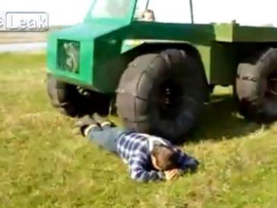 Prostia DOARE foarte tare: Un taran din Rusia s-a lasat calcat de camion! Ce crezi ca a patit? VIDEO