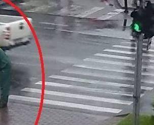 IMAGINEA ZILEI in Bucuresti! Un angajat al Primariei trebuie sa primeasca un premiu pentru asta! Vezi ce facea dupa 2 zile de ploaie: