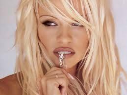 Aparitie INCREDIBILA la maraton! Pamela Anderson le-a luat mintile atletilor la New York! Ce a facut