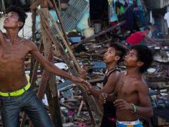 SUPER FOTO! Poate fi imaginea anului 2013! Ce au facut copiii dupa DEZASTRUL din Filpine!