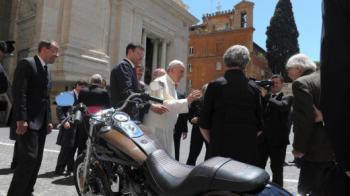 Papa Francis scoate un Harley la vanzare! L-a primit cadou direct de la companie! Cat costa motorul semnat de catre Suveran: