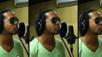 FABULOS! Cea mai tare melodie din favelele braziliene! Ronaldinho a pus mana pe microfon si a inceput sa cante! Imagini de senzatie! VIDEO