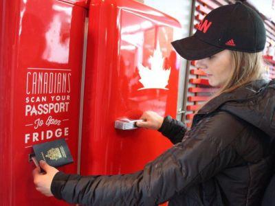 Cum sarbatoresc canadienii primul loc in clasamentul medaliilor de la Soci! :) Sportivii isi pot lua cata BERE vor de la automatul din satul olimpic! FOTO