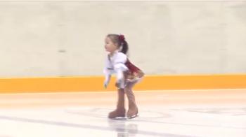 Ce face aceasta fetita pe gheata la 2 ani si jumatate a absolut IREAL! Vezi cum poate sa patineze