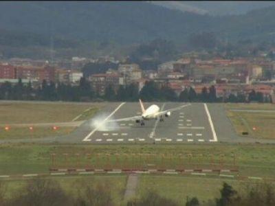 Momente de groaza traite de o echipa de baschet! Avionul spaniolilor de la Saski Baskonia, aproape sa se prabuseasca pe pista, din cauza vantului! VIDEO: