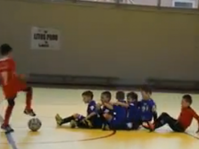 Un copil roman de 8 ani e vedeta pe net! A marcat un gol fantastic din lovitura libera, dar modul in care s-a bucurat face toti banii :) VIDEO