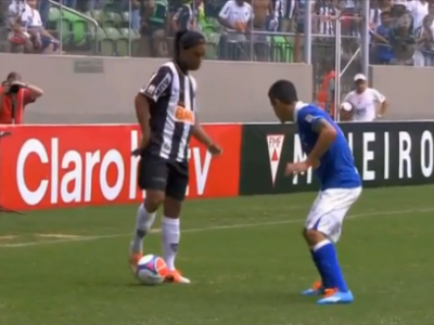 JOGA BONITO! Ronaldinho a reusit inca o faza spectacol, adversarul nu a stiut ce urmeaza! VIDEO