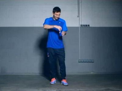 Ce e in stare sa faca Messi cu o cutie de cola! Fazele magice pe care toti fanii incearca sa le imite in spatele blocului. VIDEO