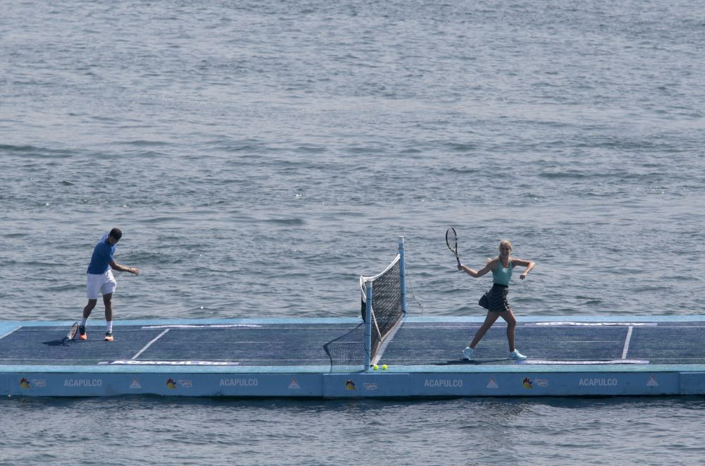 Tenismenii Grigor Dimitrov si Eugenie Bouchard au jucat tenis pe un teren plutitor din Acapulco.
