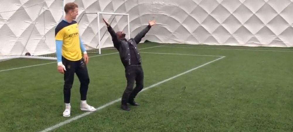 Pantilimon n-ar fi luat NICIODATA golul asta! :) O vedeta de la Hollywood l-a invins pe Joe Hart la antrenament! VIDEO