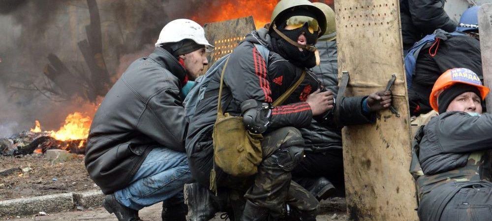 Una dintre imaginile simbol de pe strazile din Kiev! Suporterul lui Liverpool surprins printre flacari si scuturi