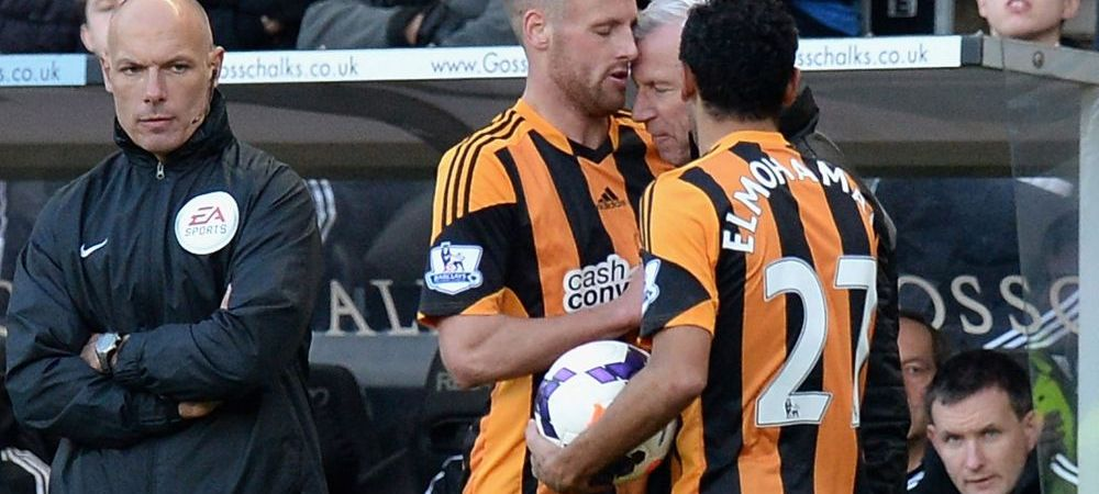 Incident incredibil in Premier League! Alan Pardew a vrut sa-i dea un cap in figura unui fotbalist si a fost trimis in tribuna! Prima reactie: