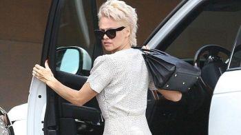 FOTO Imaginea care i-a surprins pe americani! Cum a fost surprinsa Pamela Anderson la volan!