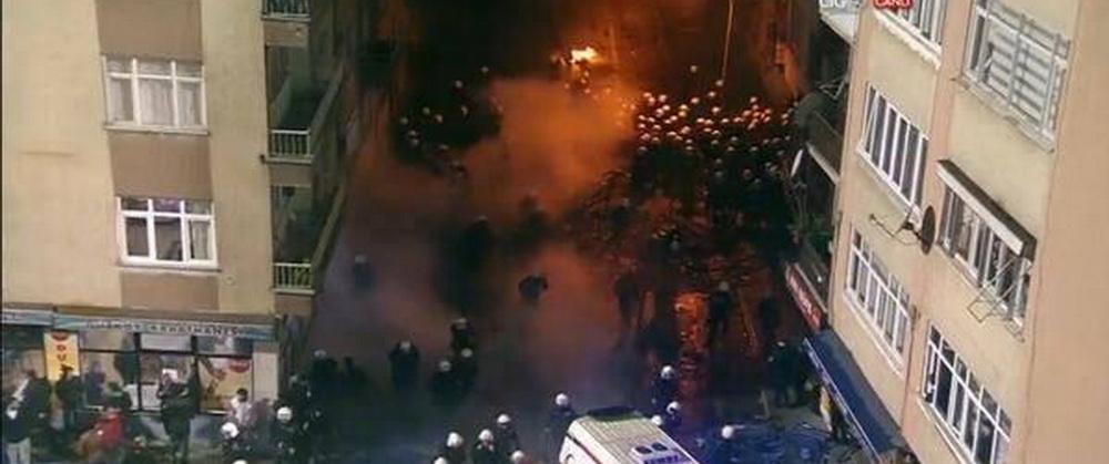 Bourceanu a trait sperietura vietii aseara: masini de politie rasturnate, haos teribil in oras! Autocarul lui Fener, escortat de 23 de masini blindate la aeroport!