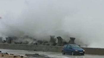 VIDEO: Ce se intampla in secunda urmatoare cu aceasta masina surprinsa de furia marii pe faleza din Constanta!