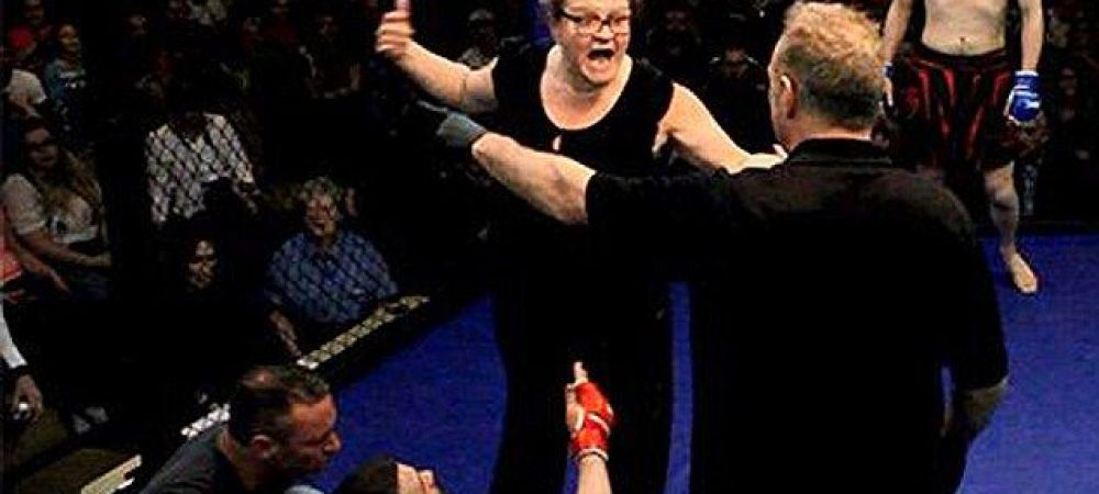 Moment senzational la o gala de MMA! Mama unuia dintre luptatori a urcat in cusca :)) VIDEO