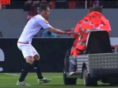 Faza unica in Europa! Si-a pierdut controlul cand a vazut ca portarul a intrerupt meciul! Ce i-a facut soferitei care il scotea de pe teren