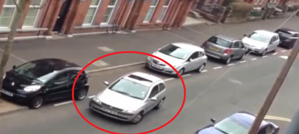 Parcatul, sport extrem! O femeie a vrut sa faca o parcare laterala, un trecator a fost inspirat si a filmat-o! Mori de ras! VIDEO: