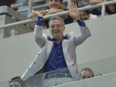 Dupa ce a cantat MANELE in Brazilia, acum face selfie-uri in Emirate! Mii de LIKE-uri pentru omul dorit de Steaua! FOTO