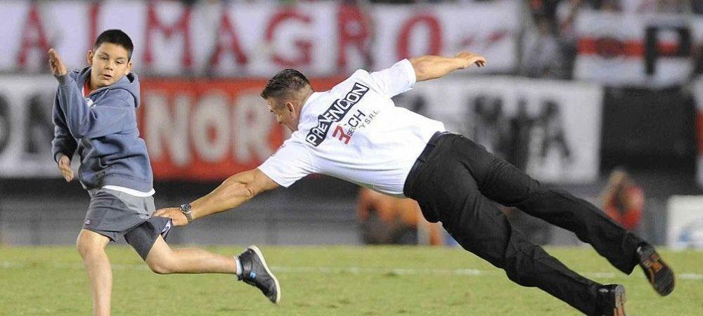 Un steward a cazut IN CAP incercand sa prinda un copil intrat pe teren la River Plate 2-0 Lanus! VIDEO